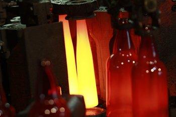 Producción de botellas en la planta de Envidrio, en el Parque Tecnológico Industrial del Cerro