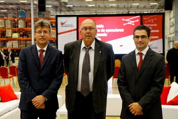 Gerente general de Ta-Ta, Yuhber Silva; intendente de Canelones, Marcos Carámbula, y gerente de marketing de Ta-Ta, Damián Lachaga