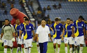 Ribas, técnico de Bella Vista, se retira con sus jugadores tras perder con Peñarol 2 a 0