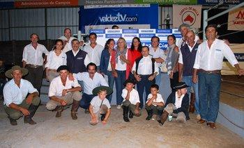 Integrantes de la cabaña con el equipo de Valdez y Cía