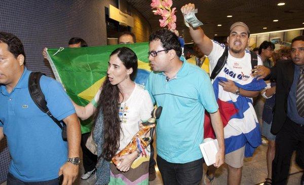 """Comunistas brasileños le gritaron """"mercenaria"""" a Yoani Sánchez"""