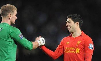 El saludo de Suárez con Hart, golero del United