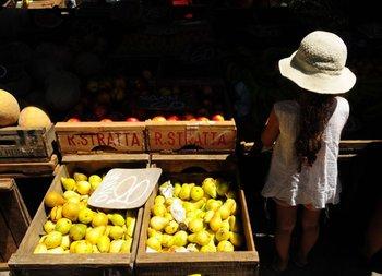Una niña observa frutas en una feria de Belvedere (lunes 28)