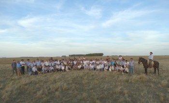 Quienes participaron de la gira posaron para la foto grupal en La Mariscala