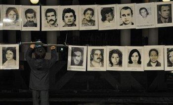 Un niño en la Plaza Libertad el día del recuerdo a los detenidos desaparecidos durante la dictadura