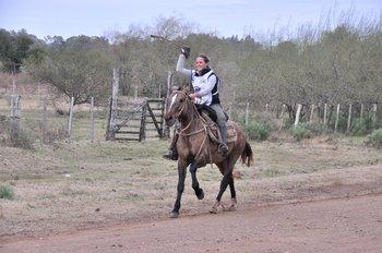 Gabriela Estrade montando a Tacuara, en el final de la marcha