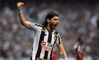 Sebastián Abreu, celebrando un gol para Botafogo