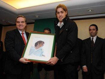 Sebastián Coates recibe el premio como mejor jugador del Campeonato Uruguayo 2010-2011