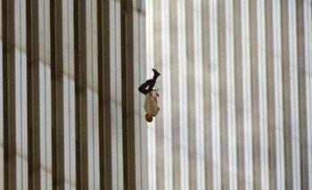 Una persona salta al vacío tras el ataque a las Torres Gemelas