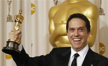 """Lee Unkrich posa tras bamabalinas luego que """"Toy Story 3"""", filme que dirigió, ganara el Oscar a mejor cinta animada"""