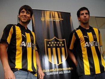 Pablo Ceppelini a la derecha, junto a Federico Rodríguez el día de la presentación en Peñarol en 2011