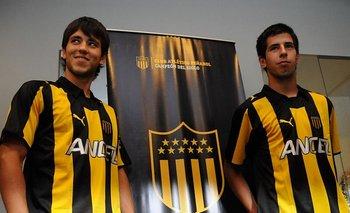 Pablo Ceppelini, a la derecha, junto a Federico Rodríguez cuando firmaron con Peñarol en 2011, pero finalmente fueron transferidos al exterior y no debutaron
