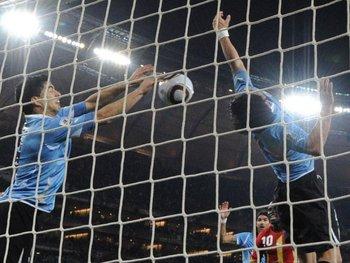 Su mano a Ghana en Sudáfrica 2010 valió como un gol