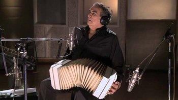 Además de tener una voz profunda y clara, Juárez se caracterizó por tocar un bandoneón de color blanco