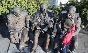 La estatua en Crimea inaugurada en febrero: Joseph Stalin, Franklin D. Roosevelt y Winston Churchill