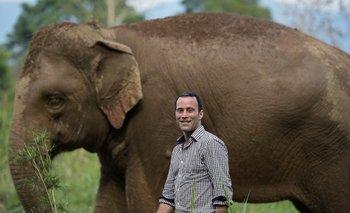 Blake Dinkin, fundador de Black Ivory Coffee, junto a uno de los elefantes