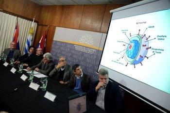 <br>El ministro Aguerre y parte del equipo de investigadores durante la conferencia de prensa.