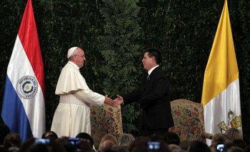 El papa se saluda públicamente con el presidente de Paraguay Horacio Cartes
