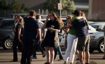 Allegados a las víctimas del tiroteo del cine de Aurora se abrazan luego de enterarse del veredicto de que Holmes fue declarado culpable