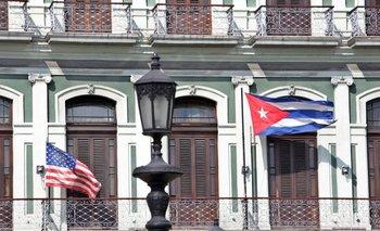 Otros tiempos, en julio del 2015 -cuando las relaciones entre Cuba y EEUU mejoraban- ambas banderas flameaban en La Habana