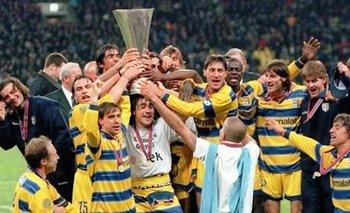 Una de las copas que Parma ganó en el año 1999, sale a subasta<br>