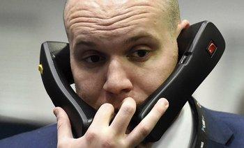 Un comerciante trabaja en la Bolsa de Metales de Londres, Reino Unido