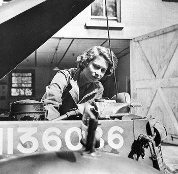 Realizó funciones públicas durante la Segunda Guerra Mundial en el Servicio Territorial Auxiliar, la rama femenina del Ejército Británico.