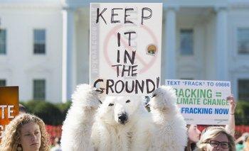 Activistas medioambientales protestan contra los planes del gobierno de permitir nuevas perforaciones petroleras, durante una manifestación frente a la Casa Blanca (EE.UU)