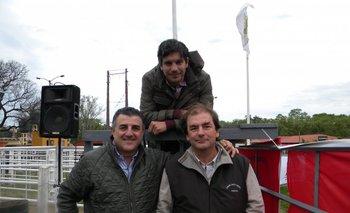 El rematador Alejandro Zambrano con Alberto Noria de Scotiabank y Nicolás Harriague