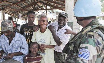 Un soldado uruguayo bromea en diaelcto creole con comerciantes de un mercado en puerto Jeremie, al sur de Haití. <br>
