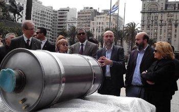 Las autoridades del Mvotma y expertos medioambientales este martes en la presentación del filtro para ómnibus que reduce la contaminación
