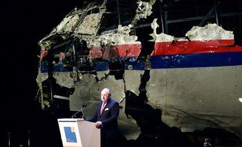 Tjibbe Joustra, de la Oficina Holandesa de Seguridad, presentó el informe con los restos del aviónde fondo.<br>