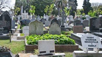 Hay 55 nacionalidades diferentes entre quienes están enterrados en el cementerio