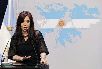 """La presidenta con una imagen de las """"Malvinas argentinas"""" de fondo, en una foto de archivo.<br>"""