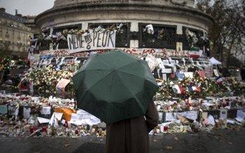 Archivo 2015 - Santuario improvisado en homenaje a las víctimas de los atentados en Francia