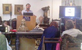 Andrés Prilassnig rematando uno de los lotes en el remate de mobiliario y antigüedades<br>