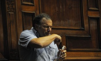 El intendente increpó al diputado en lainauguración de una electrificación rural enLaguna de Rocha.