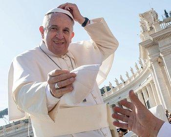 Plaza San Pedro, Vaticano. El Papa Francisco cambia el solideo en la audiencia general semanal.