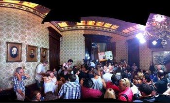 Panorámica de los manifestantes dentro del recinto de la Suprema Corte de Justicia