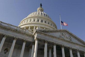 EUA- La bandera a media asta en Washington. Estados Unidos llora la muerte de 20 niños en Newtown