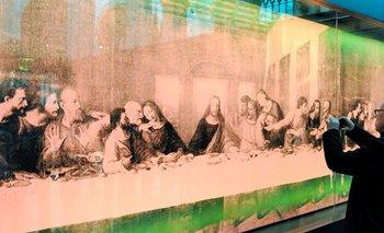 """Holanda- Lona rosa de siete metros de longitud del cuadro """"La última cena"""" del artista estadounidense Andy Warhol"""