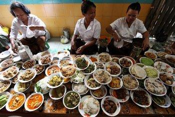 Camboya- Mujeres preparan comida para los monjes budistas durante el Día de los Muertos en una pagoda