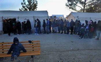 Refugiados hacen fila en Grecia para ser registrados como recién llegados.<br>