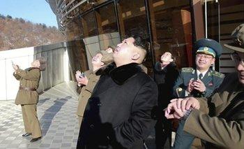 El líder norcoreano, Kim Jung-un, observa el domingo el lanzamiento del misil