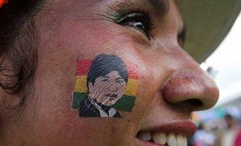 Una boliviana muestra su simpatía por Evo Morales