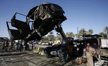 Retiro de los restos del camión bomba que un integrante suicida de EI hizo explotar el domingo 6 en Irak.<br>