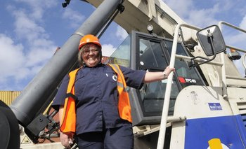Carmen Uyterhoeven es una de las operarias que trabajan en el puerto en Montecon. <br>