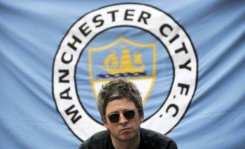 Noel Gallagher delante de la bandera del club de sus amores
