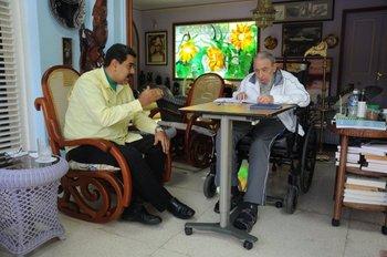 La última foto de Fidel Castro divulgada. es del sábado 19, cuando recibió al presidente venezolano Nicolás Maduro.<br>
