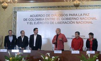 Las delegaciones de las dos partes. Los del centro son Frank Pearl y Eliecer Herlinton Chamorro  Acosta, líderes de los equipos del gobierno y la guerrilla respectivamente.